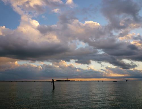 電動船在威尼斯潟湖中漫步